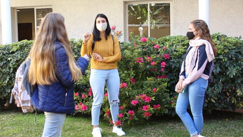 Estudiantes con tapabocas