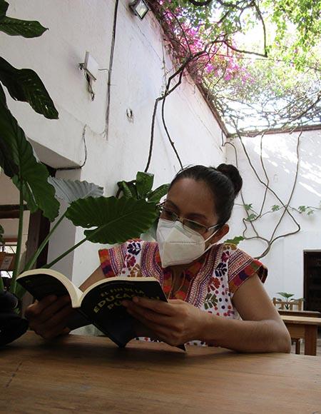 Imagen de Zaunay Rivera, leyendo un libro