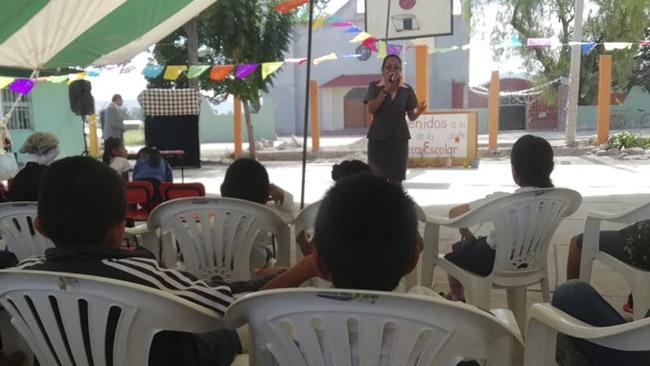 Imagen de Zaunay Rivera dando clase